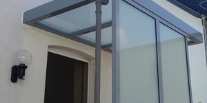 Überdachung mit Eindeckung aus Glas